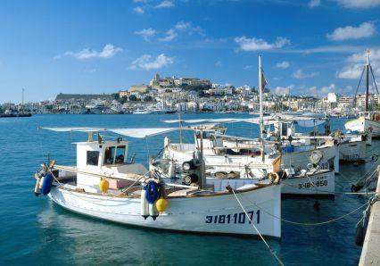 Blick vom Hafen zur Altstadt von Eivissa, Ibiza, Balearen, Spanien